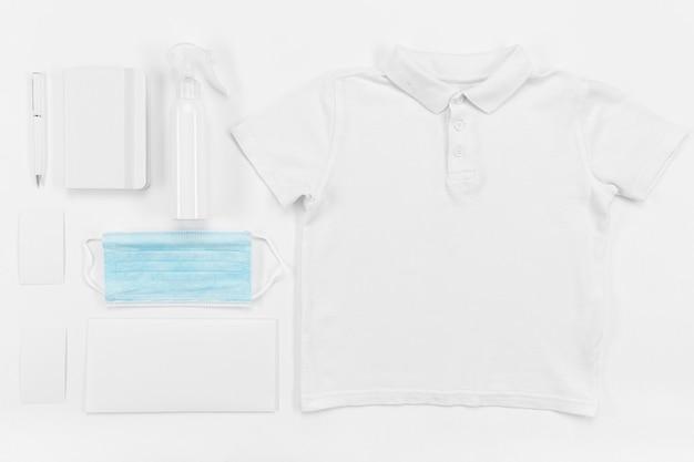 Disposição de camisa plana e caderno