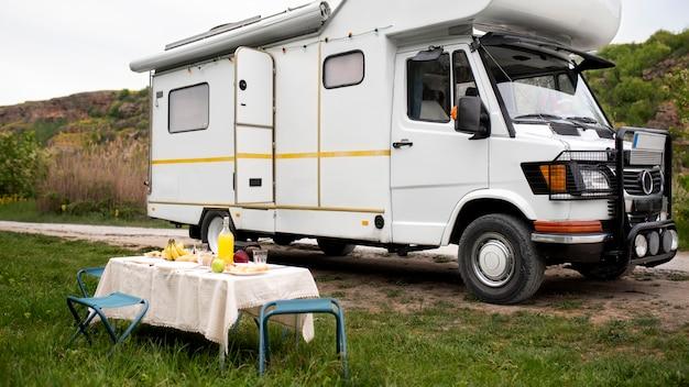 Disposição de campervan e mesa