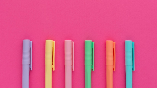 Disposição de canetas coloridas de vista superior