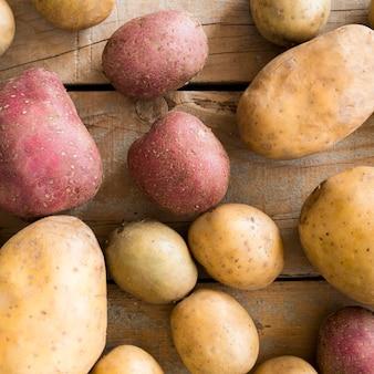 Disposição de diferentes batatas cruas