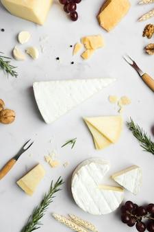 Disposição de diferentes tipos de queijo