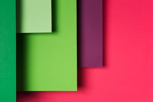 Disposição de folhas de papel coloridas