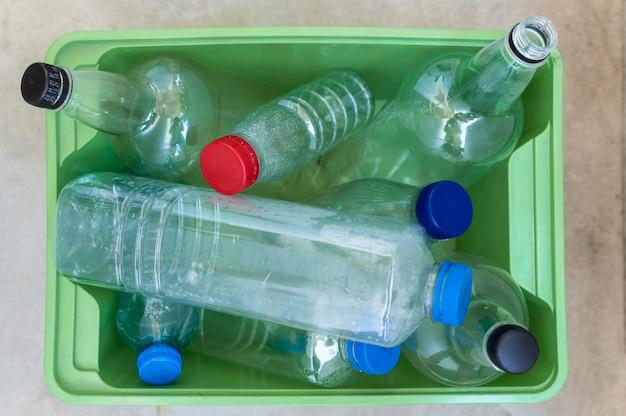 Disposição de garrafas plásticas de vista superior