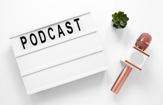 Disposição de itens de podcast de vista superior