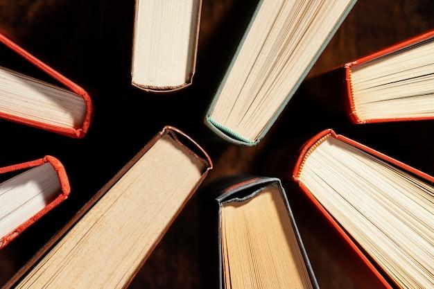 Disposição de livros de vista superior