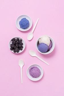 Disposição de pratos e tigelas com sorvete