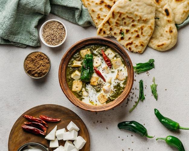 Disposição de pratos paquistaneses acima da vista