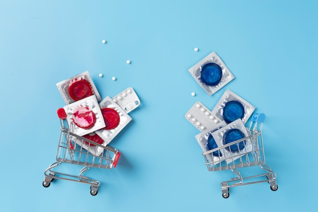 Disposição de preservativos azuis e vermelhos na vista superior