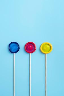 Disposição de preservativos coloridos de vista superior