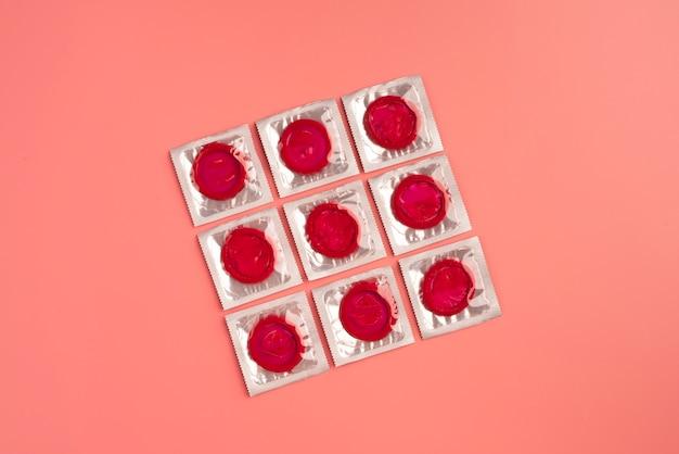 Disposição de preservativos vermelhos de vista superior