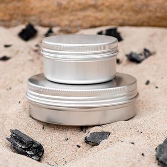 Disposição de recipientes de umidade para cuidados com a pele na areia