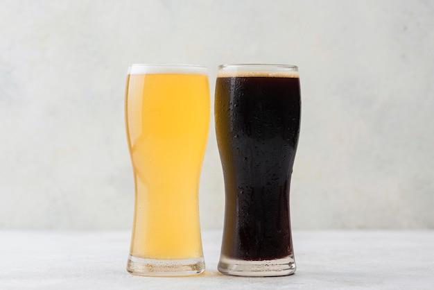 Disposição diferente de copos de cerveja