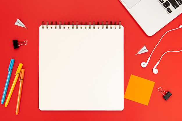Disposição dos elementos da mesa com o caderno vazio