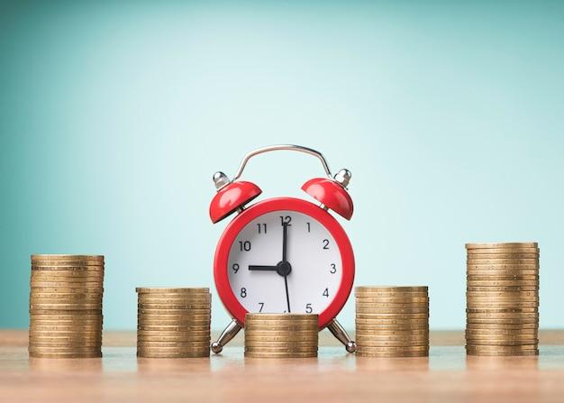 Disposição frontal das moedas com despertador
