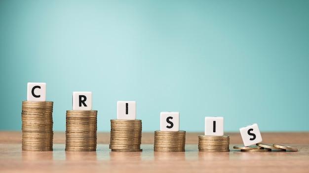 Disposição frontal de moedas com palavra de crise