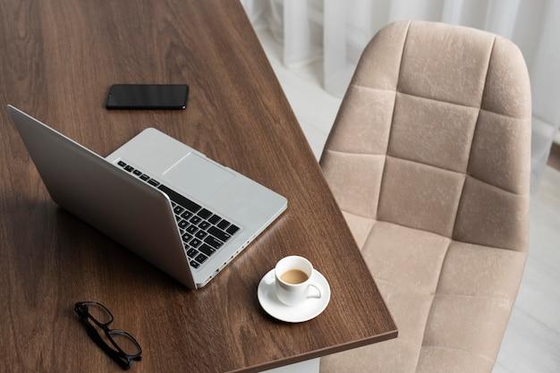 Disposição minimalista da mesa com laptop