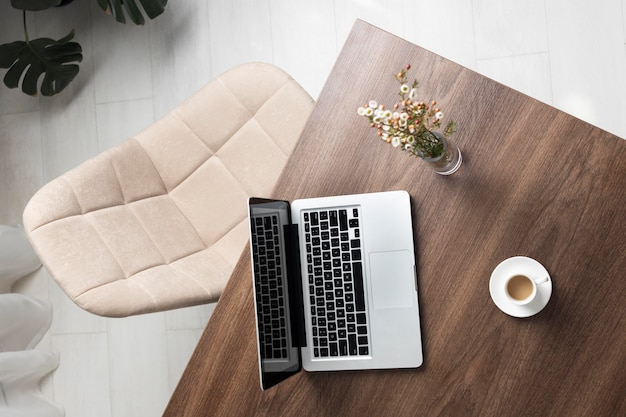 Disposição minimalista da mesa com vista superior do laptop