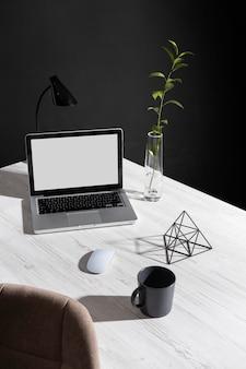 Disposição minimalista da mesa de trabalho