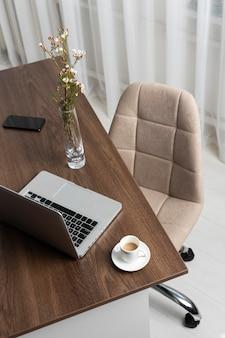 Disposição minimalista da mesa e cadeira