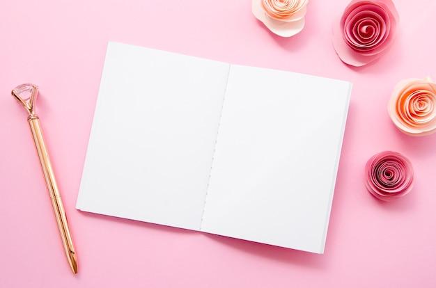 Disposição plana com caderno e caneta