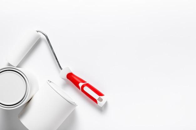 Disposição plana com escova de rolo e recipientes