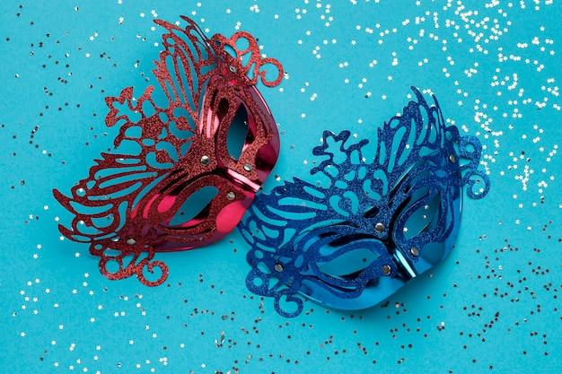Disposição plana de máscaras de carnaval com glitter