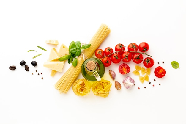 Disposição plana de massas e ingredientes não cozidos