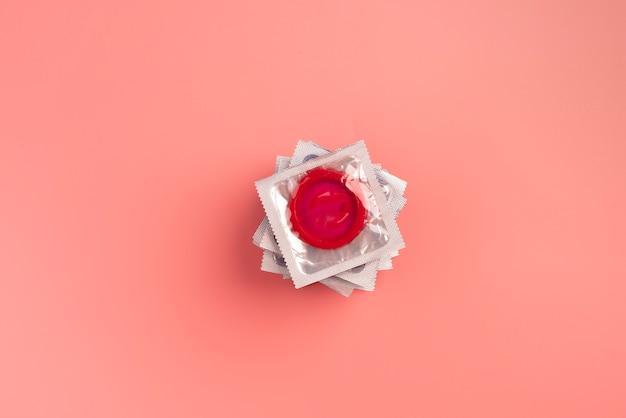 Disposição plana de preservativos vermelhos