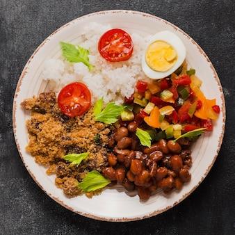 Disposição plana de saborosa comida brasileira