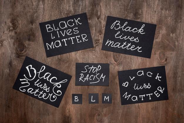 Disposição plana de variedade de cartas de matéria de vidas negras