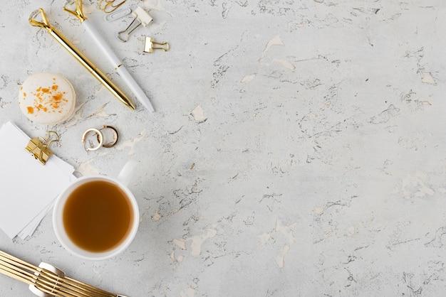 Disposição plana e elegante da mesa