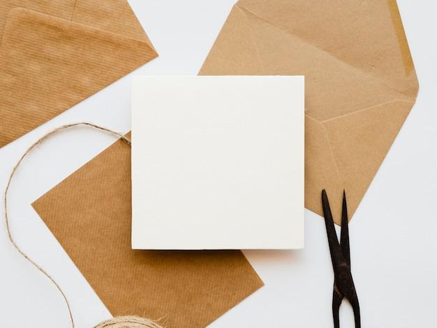 Disposição plana leiga de envelopes brancos e marrons