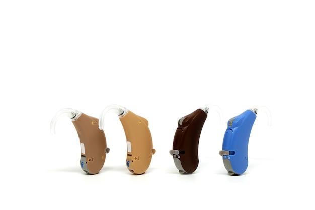 Dispositivo de aparelho auditivo em pé no fundo branco