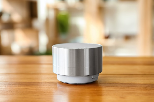 Dispositivo de assistente de casa inteligente na mesa da sala