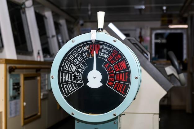Dispositivo de controle do navio. controle do motor da ponte de navegação.