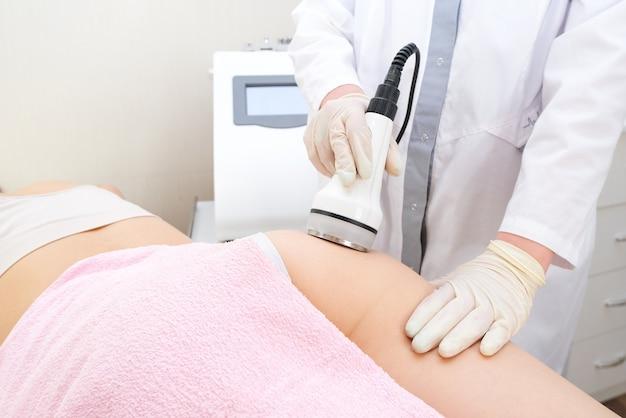 Dispositivo de massagem a vácuo. massagem a vácuo nas nádegas e nas pernas.