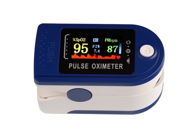 Dispositivo de oxímetro de pulso para medir a quantidade de oxigênio no sangue isolado no branco