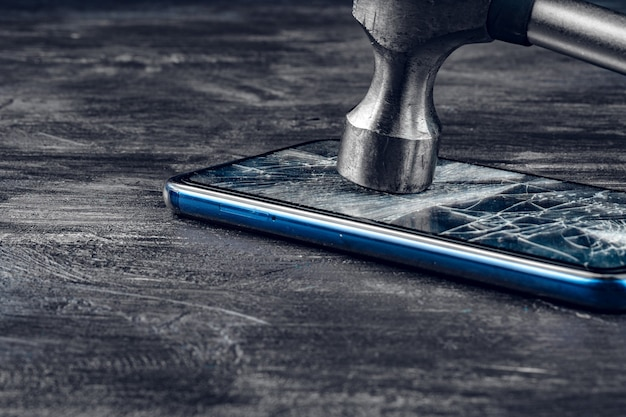 Dispositivo digital com ferramentas. reparando o conceito de smartphone