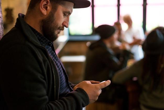 Dispositivo digital conectando pessoas juntas