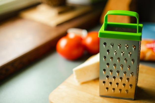 Dispositivo econômico na forma de uma placa de metal com pequenos orifícios perfurados para esmerilhar, esfregar algo