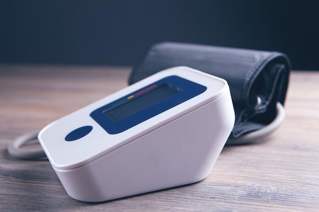 Dispositivo médico eletrônico para medir a pressão arterial