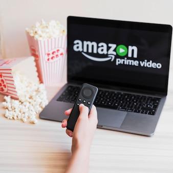 Dispositivo moderno com app de vídeo principal da amazon