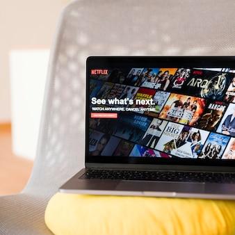 Dispositivo moderno com app netflix