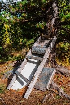 Dispositivo para descascar pinhas. dispositivo caseiro para artesanato popular. montanhas altai, rússia