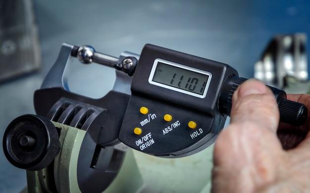 Dispositivo para medir a espessura de um produto metálico