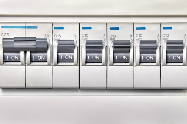 Dispositivos automáticos de proteção contra sobrecargas na rede de alimentação.