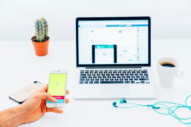 Dispositivos, café, mesa e snapchat