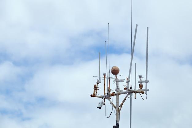 Dispositivos da estação meteorológica no fundo do céu nublado na escócia