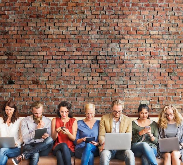 Dispositivos de digitas da conexão dos povos da diversidade que consultam o conceito