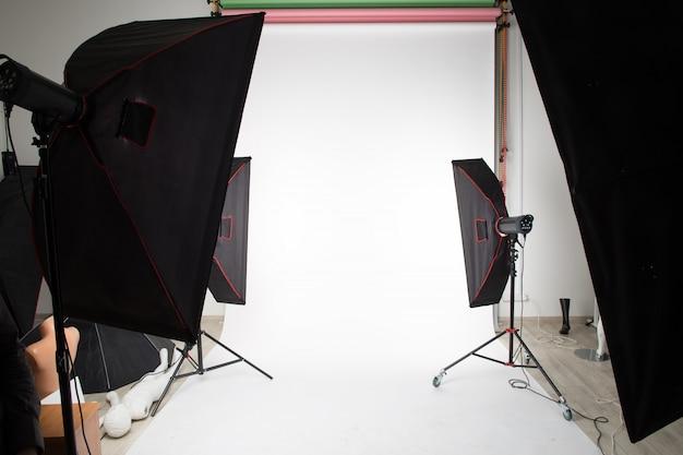 Dispositivos de iluminação de estúdio são instalados no estúdio de fotografia